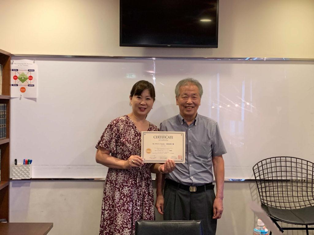 認定証書を手にする岩田さんと長谷川理事長